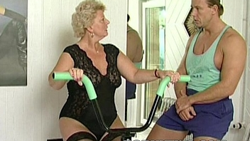 Horny granny bitch shamelessly takes gym trainer blarney in indiscretion coupled with fucks him